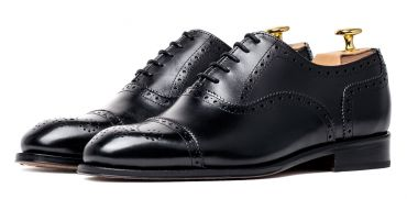 Black shoes, black shoes for men, Oxford shoes, full brogue shoes, elegant and casual shoes, black shoes for men that goes with everything, versatile shoes, traditional shoes