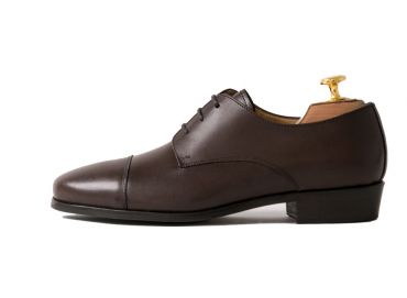Dress shoe with openings on the sides of the strands which will loo especially for people with wide instep