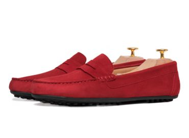 Suede driver shoes with a tone as intense as the red cherry. Comfortable shoe for summer