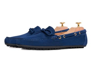 Suede driver shoes with an intense tone of blue. Comfortable shoe for summer