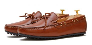 Moccasin shoe made with an eye mask quality to dark brown. comfortable shoe for summer